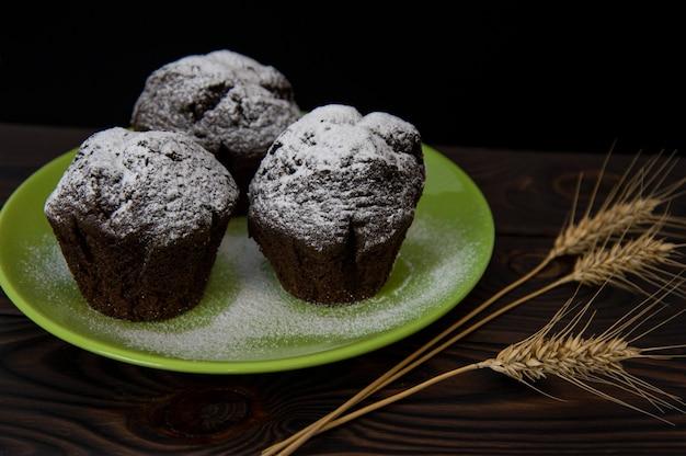 Muffins de chocolate em um prato verde