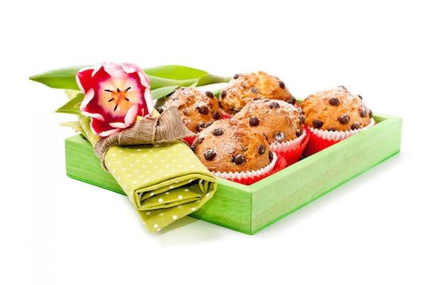 Muffins de chocolate em uma bandeja de madeira