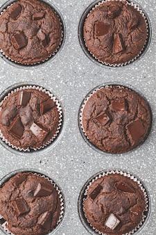 Muffins de chocolate vegano em prato de forno,