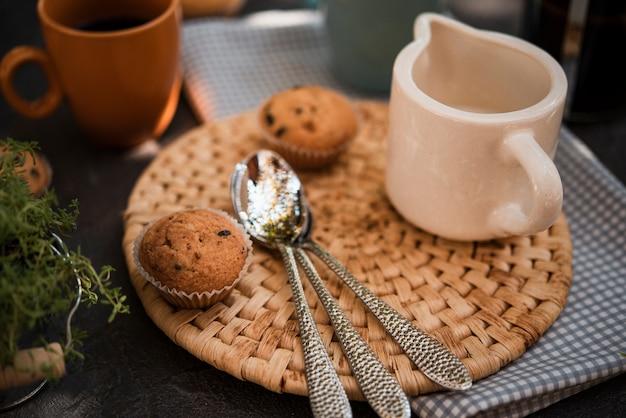 Muffins de close-up com colheres