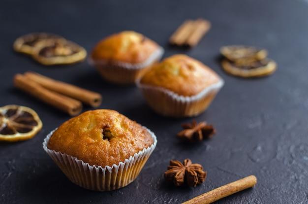 Muffins de doce com estrelas de anis