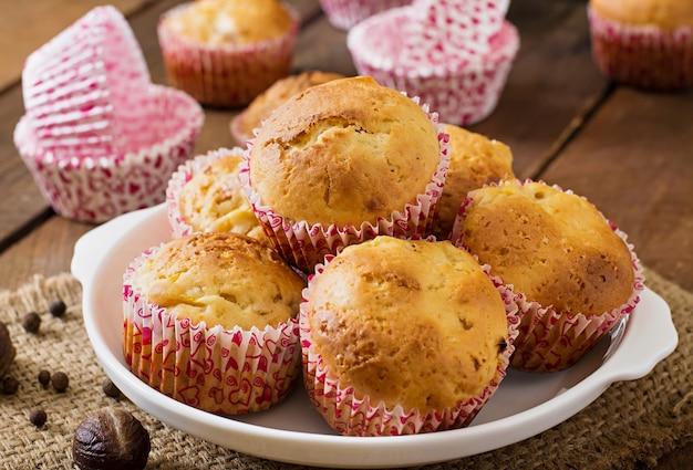 Muffins de frutas com noz-moscada e pimenta da jamaica em uma mesa de madeira