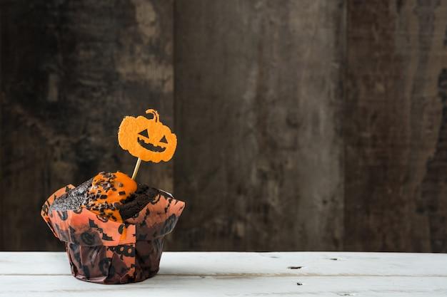 Muffins de halloween em uma mesa de madeira. copie o espaço