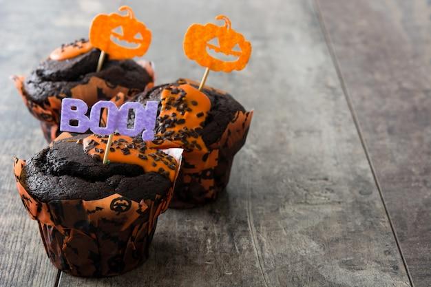 Muffins de halloween em uma mesa de madeira