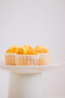 Muffins de laranja em um carrinho de bolo