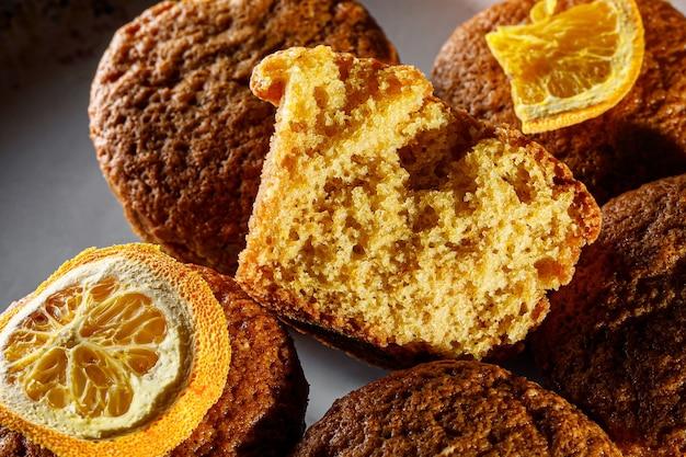 Muffins de laranja frescos em um prato redondo.