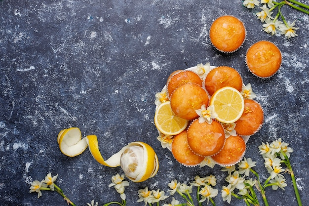 Muffins de limão caseiros deliciosos recém-assados com limões em um prato