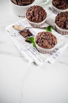 Muffins de menta e chocolate assados em casa com chá de menta