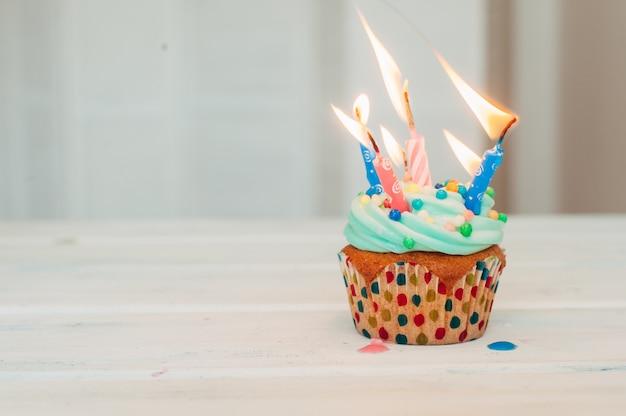 Muffins de mentol deliciosos decorados com velas