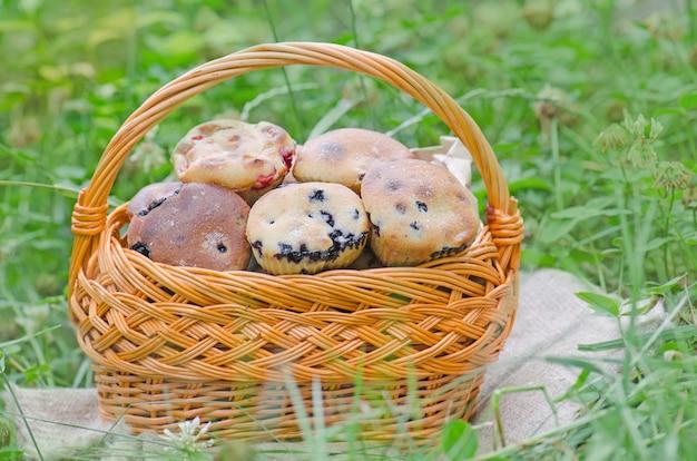 Muffins de mirtilo caseiro delicioso com frutos silvestres