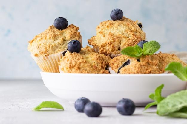 Muffins de mirtilo com frutas frescas e hortelã