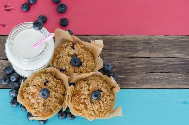 Muffins de mirtilo com leite em uma mesa