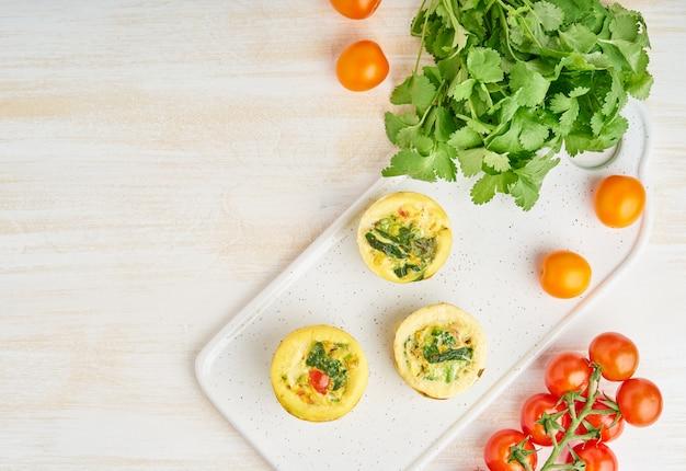 Muffins de ovo, paleo, dieta cetônica. omelete com espinafre, legumes, tomates
