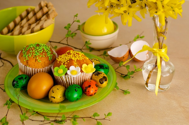 Muffins de páscoa decorados com chuviscos, ovos de codorna coloridos de páscoa