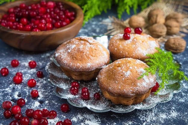 Muffins de pastelaria caseira com cranberries bagas