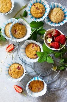 Muffins de sobremesa de verão com farinha de aveia e morango fresco na horizontal.