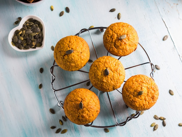 Muffins de trigo integral de abóbora no café da manhã em turquesa