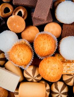 Muffins de vista superior com marshmallows uma mistura de biscoitos e waffles de chocolate