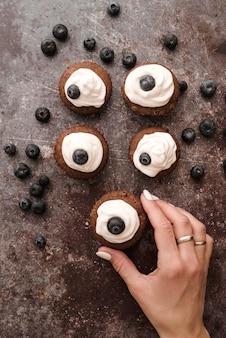 Muffins de vista superior com mirtilos