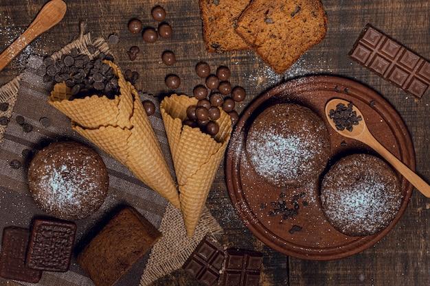 Muffins de vista superior com pedaços de chocolate