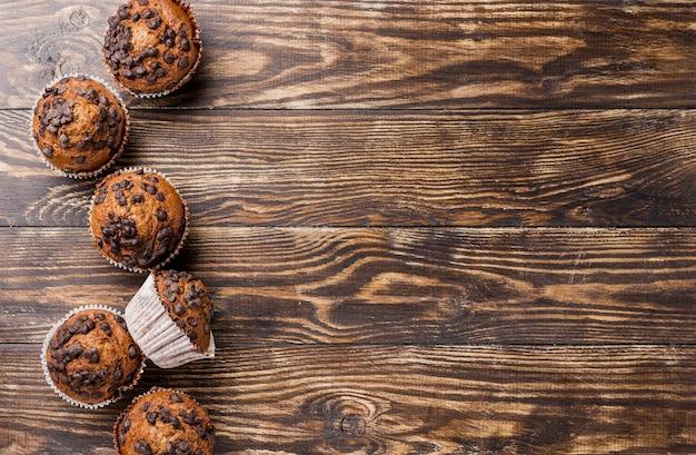 Muffins de vista superior deliciosa com espaço de cópia