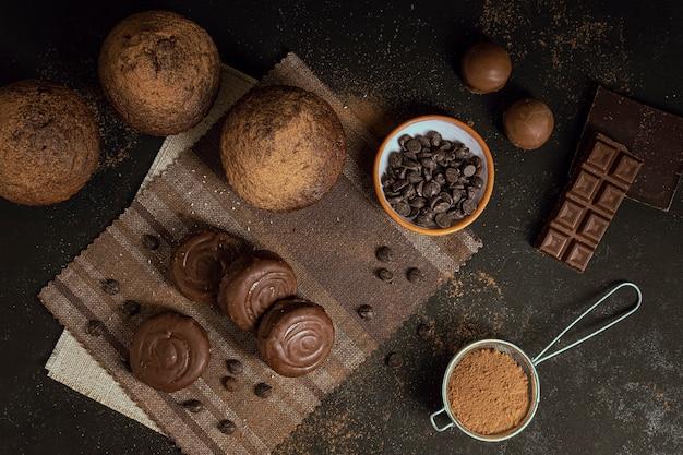 Muffins de vista superior e ingredientes doces