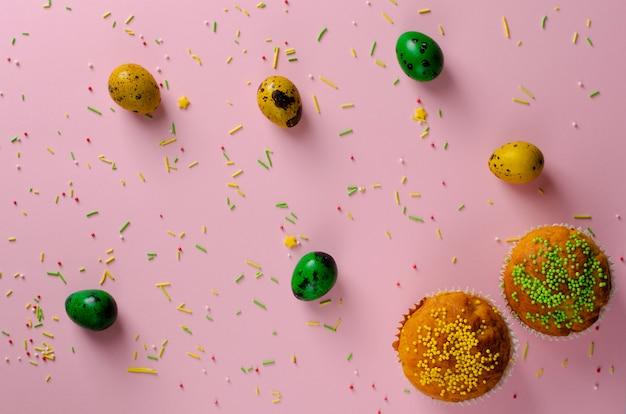Muffins decorados com chuviscos, ovos de codorna easter verde e amarelo