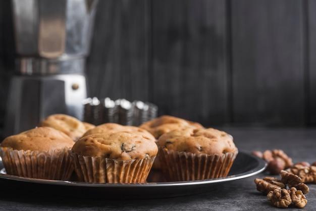 Muffins deliciosos de close-up em uma bandeja