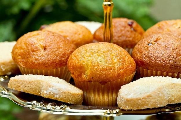 Muffins e biscoitos no close-up da bandeja