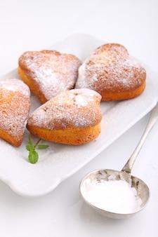 Muffins em forma de coração com açúcar de confeiteiro
