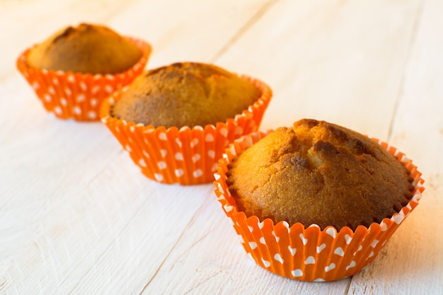 Muffins em suporte de laranja