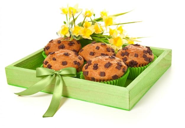 Muffins em uma bandeja verde