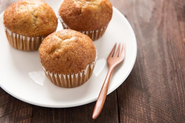 Muffins em uma mesa de madeira