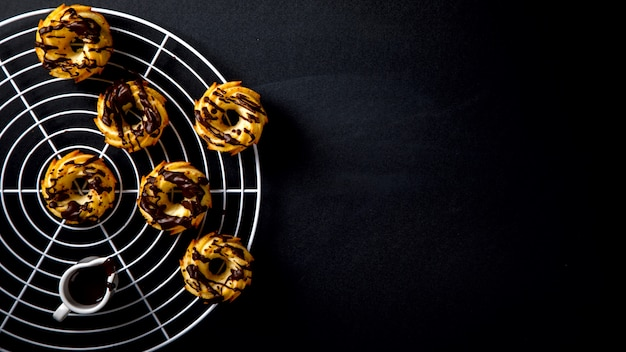 Muffins glaze chocolate em um fundo preto giz