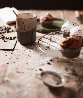Muffins no rack de arrefecimento