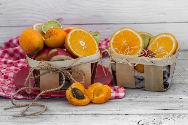 Muita fruta fresca cortada na parede de madeira, bebida, comida saudável