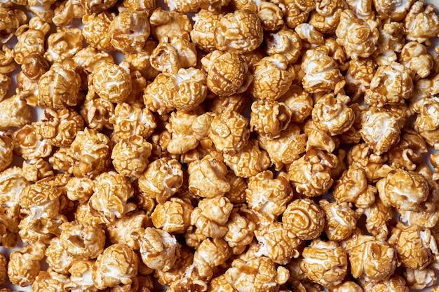 Muita pipoca com close-up de caramelo doce para filmes