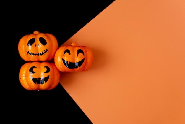 Muitas abóboras de halloween em uma fileira no fundo preto