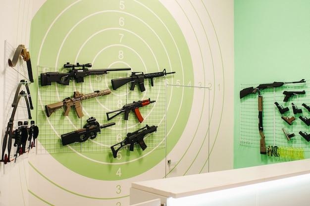 Muitas armas diferentes para atirar no painel. armas de ar para treinamento de tiro.
