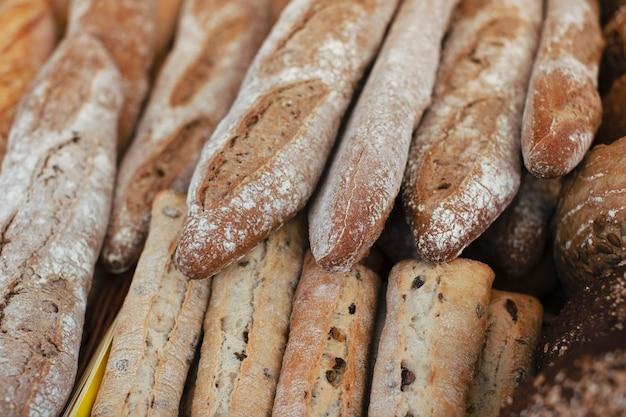 Muitas baguetes frescas na padaria