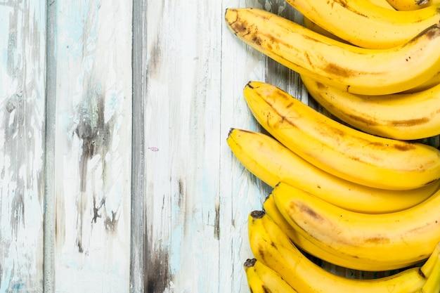 Muitas bananas frescas e suculentas.