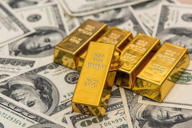 Muitas barras de ouro em notas de dólar. salvar o conceito de dinheiro. tesouro
