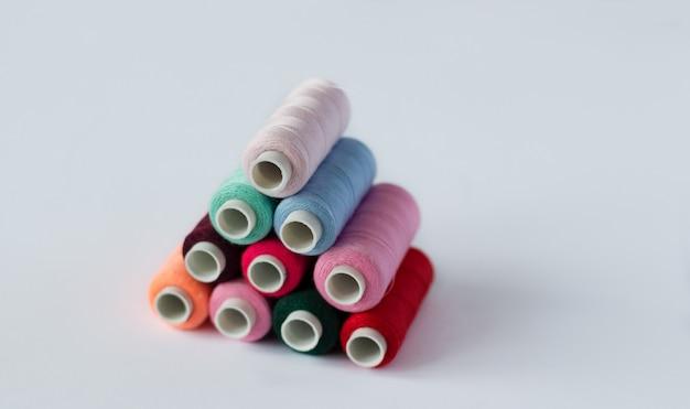 Muitas bobinas de linha de costura brilhante