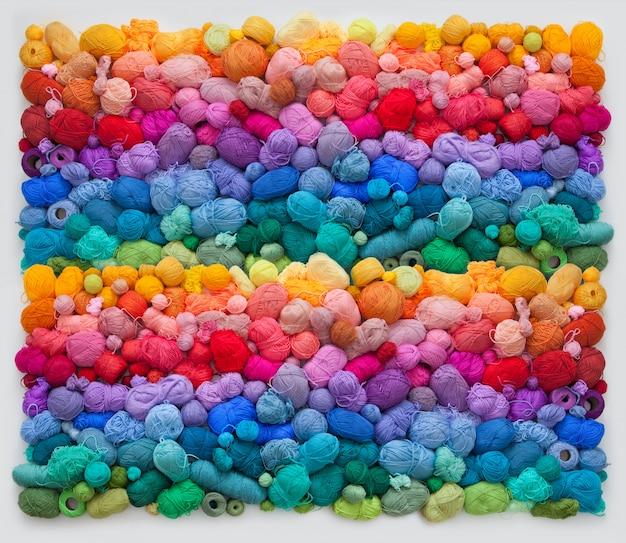 Muitas bolas coloridas de fios de lã e algodão