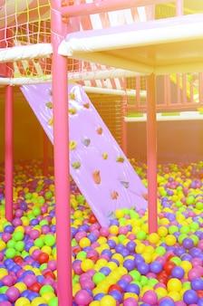 Muitas bolas de plástico coloridas em um ballpit de crianças em um playground