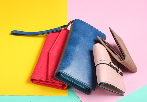 Muitas bolsas de couro em um fundo pastel colorido. vista do topo