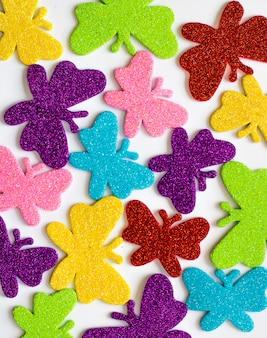 Muitas borboletas diferentes, isoladas no fundo branco, vermelho, amarelo, azul, verde