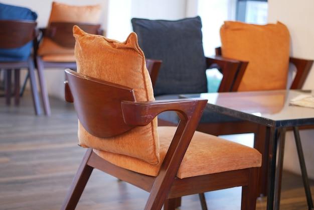 Muitas cadeiras vazias no café durante o período do vírus corona