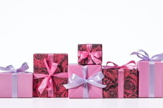 Muitas caixas de férias presente em caixa fitas multicoloridas caixas enfileiradas comemoração boas festas copie o espaço