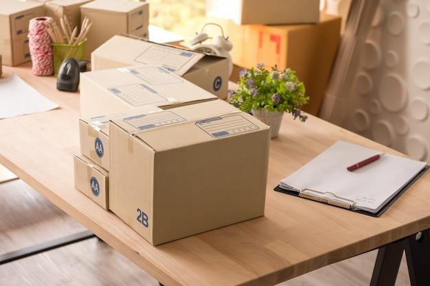 Muitas caixas de mercadorias na mesa de madeira no escritório.